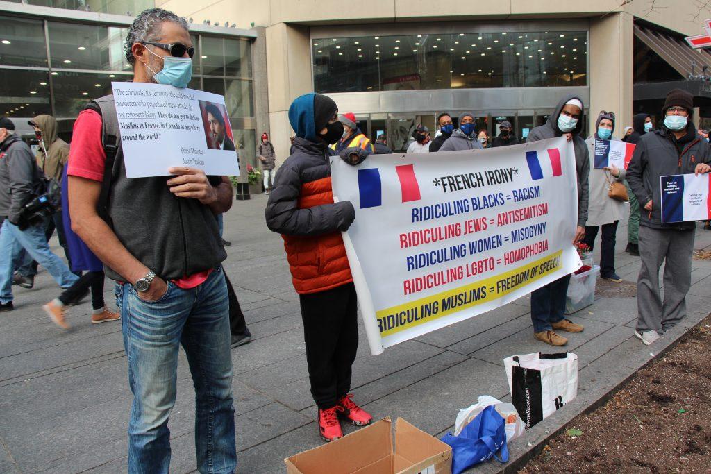 متظاهرين مسلمين امام السفارة الفرنسية في كندا